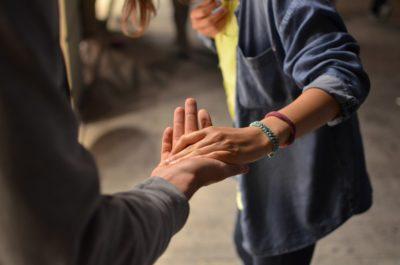 personnes qui se tiennent la main