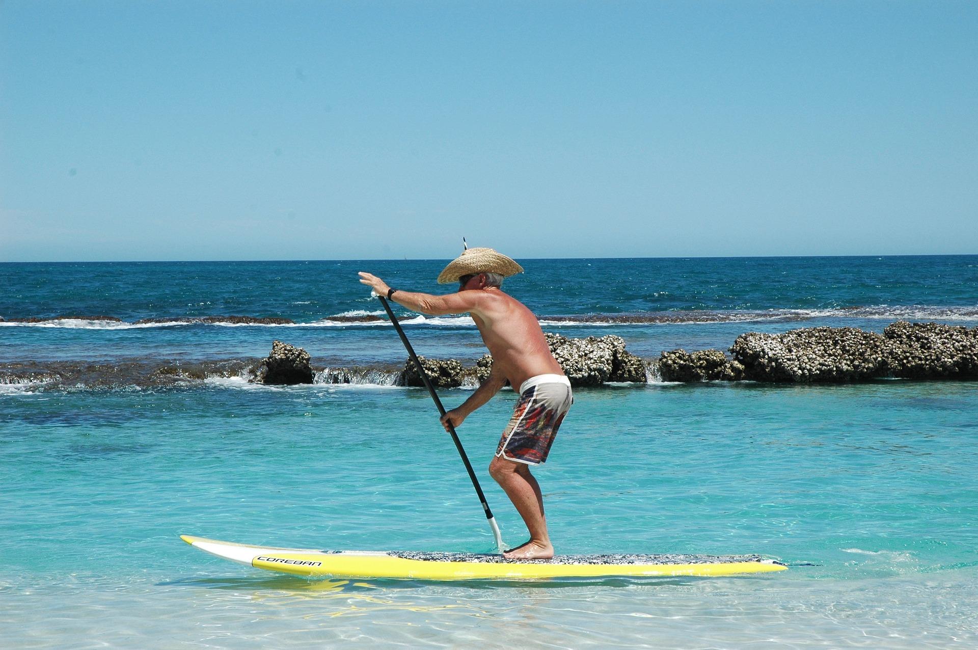Homme senior qui fait du paddle