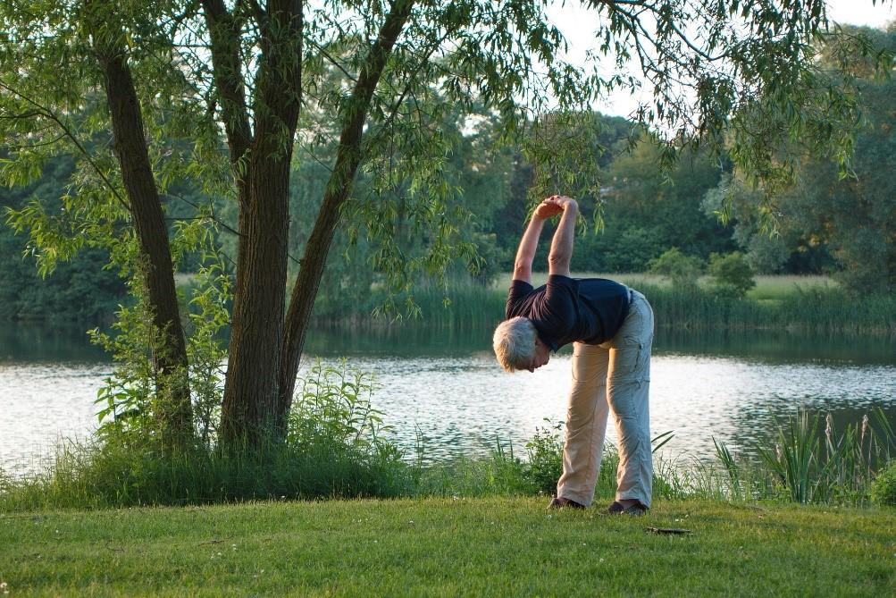 Homme senior qui fait une activité sportive