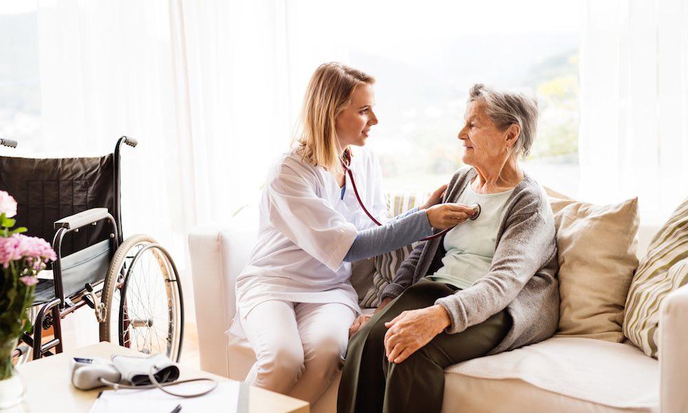 aide à domicile soignant une personne âgée