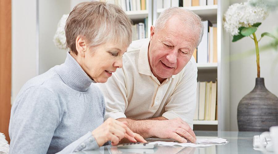 femme et homme se renseignant sur l'assurance obsèques