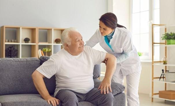 homme âgé aidé à domicile
