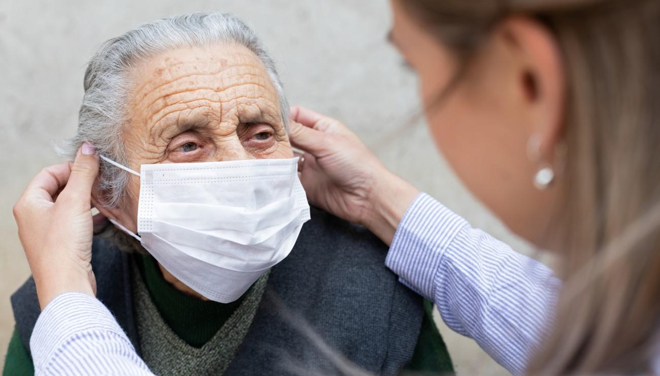 personne âgée portant un masque de protection