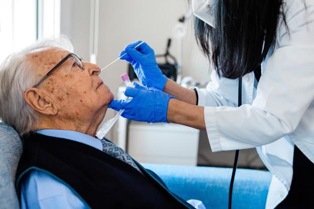 test pcr sur une personne âgée