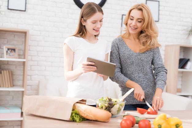 mère et fille qui cuisinent ensemble