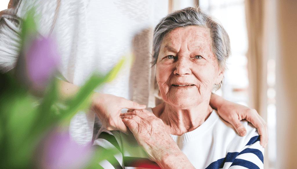 femme âgée à son domicile