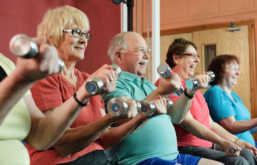 personnes âgées qui font du sport
