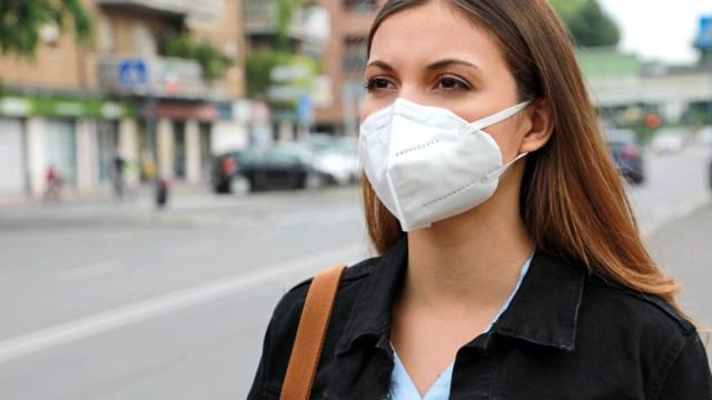 femme portant un masque ffp2